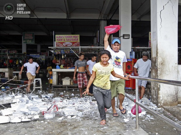 Vendors and shoppers run to safety after an earthquake hit Mandaue town in Cebu City