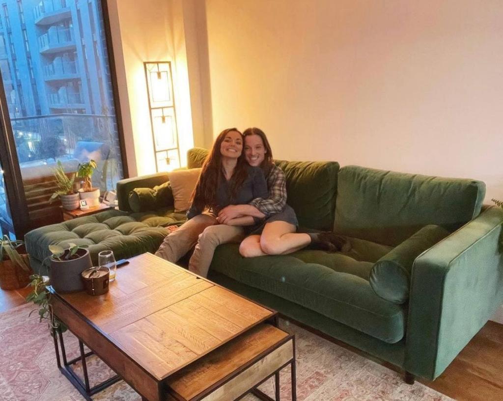 Парочка сделала фото на новом диване и создала настоящую иллюзию, которую не сможешь развидеть Влюбленные, обошлось, решили, диван, почти, своем, оказалась, покупка, Когда, попал, прежде, полгода, ожидать, важным, потребовалось, вариант, понравившийся, заказали, тогда, осенью