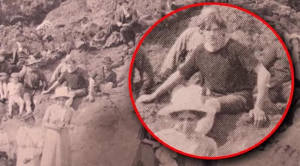На фотографии 1917 года пользователи сети рассекретили путешественника во времени по двум деталям человек, очень, Однако, другие, снимке, шорты, который, реакция, соседа, мужчины, чемуто, удивился, женщина, рядом, показывала, внешность, рукой, необычного, только, парня«Молодой