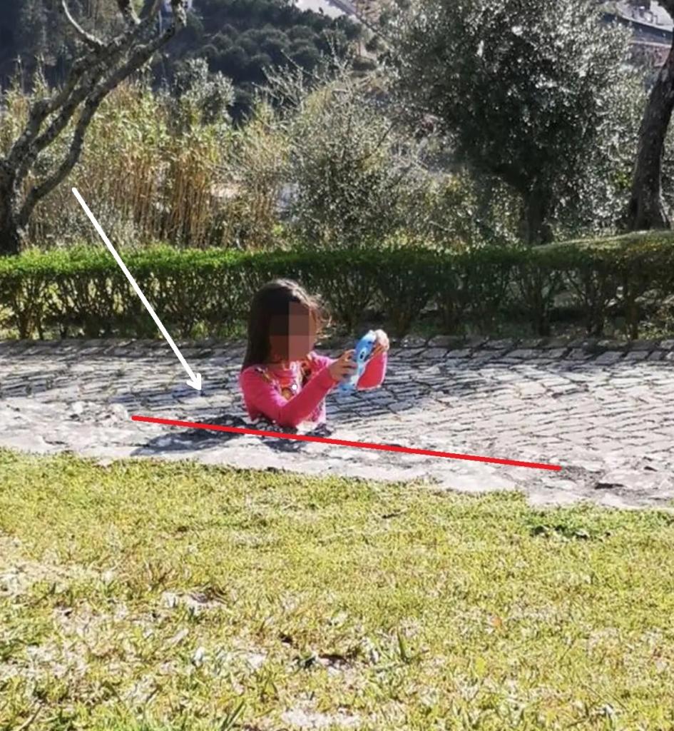 Эта оптическая иллюзия напугала мать девочки, когда она сделал фото, кажется, девочка застряла в бетоне Разное,иллюзия,обман,фото