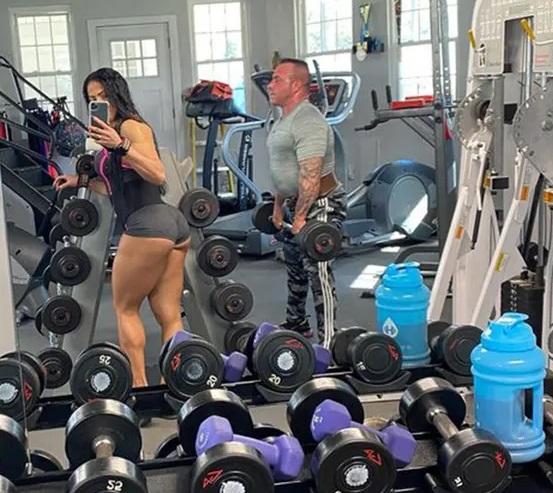Жена разметила в сети это фото мужа в спортзале и его арестовали, теперь он должен отдать 200 000 долларов — и все дело в мускулах Человек,обман,спорт,фото