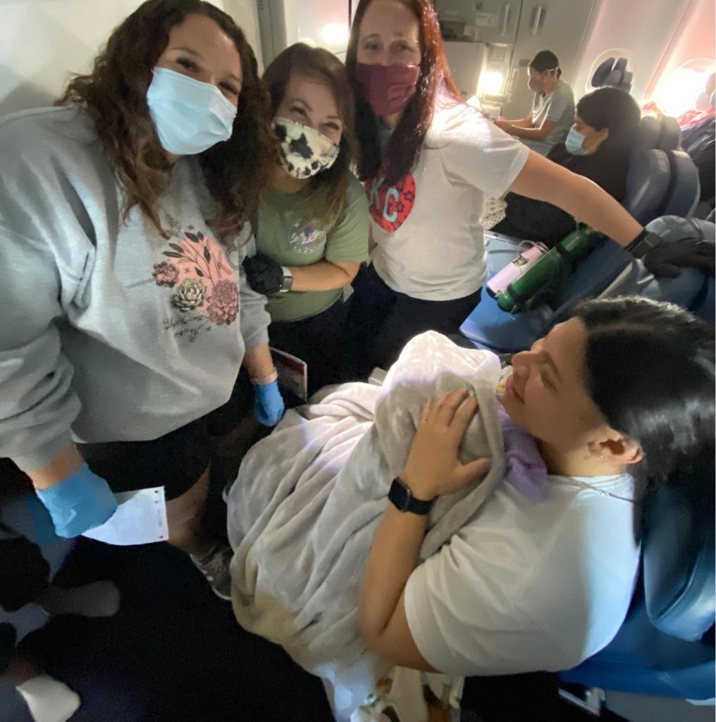 Девушка летела в самолете одна, но через 3 часа вышла уже с ребенком – а все потому что незнание не освобождает от ответственности Человек,ребёнок,самолёт